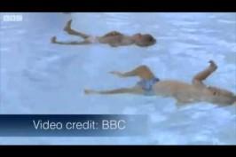 Βίντεο: Δίδυμα μωρά 10 μηνών κολυμπούν μόνα τους!