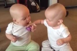 «Δώσε μου την πιπίλα σου»: Το viral video που διχάζει τις μαμάδες!
