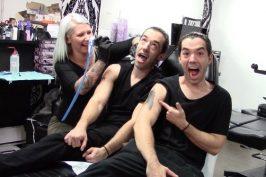 Έχει πλάκα! Δίδυμοι στήνουν φάρσα σε tattoo artist (video)