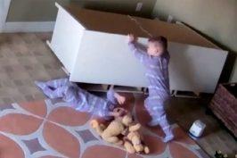 2 χρονος δίδυμος σώζει τον αδερφό του (βίντεο)