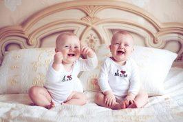 Δίδυμα μωράκια ξεκαρδίζονται: Το γέλιο τους είναι μεταδοτικό!