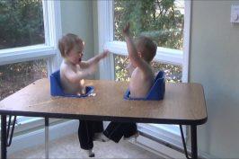 Η γλώσσα των διδύμων! Δύο αδερφάκια μιλάνε με τον δικό τους υπέροχο τρόπο! (βίντεο)