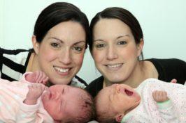 Δίδυμες αδερφές γέννησαν με λίγες ώρες διαφορά!